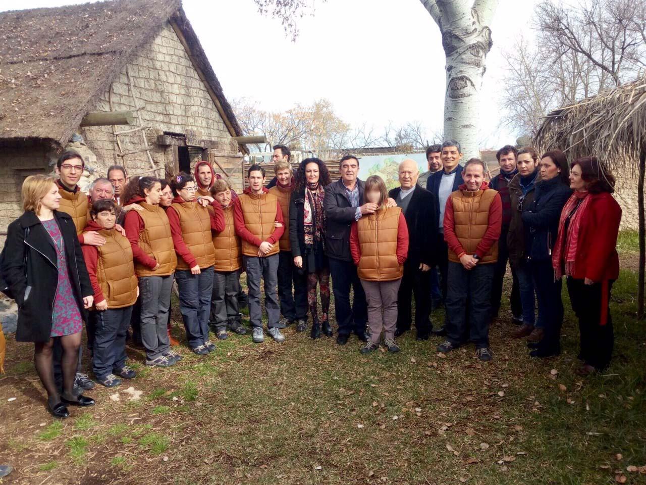 El Delegado de Educación de la Junta Andalucía en Huelva junto con la Alcaldesa de Gibraleón Lourdes Martín, visitan El Poblado Tartésico