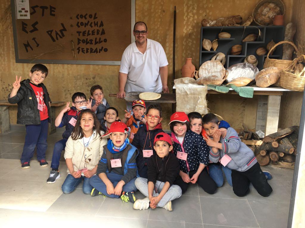 El CEIP Maestro Díaz Hachero se vuelca en su proyecto por tareas Tartesos, complementándolo con la visita en su 3er día al Poblado Tartésico de Gibraleón.