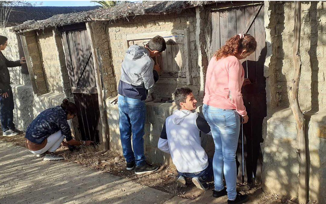 Los alumnos del Centro de Educación Especial Cristo Roto realizan trabajos de restauración y remodelación del 'Poblado Tartésico'